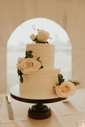 simple, classic wedding cake, floral decor on wedding cake, vendella roses and eucalyptus, cream roses