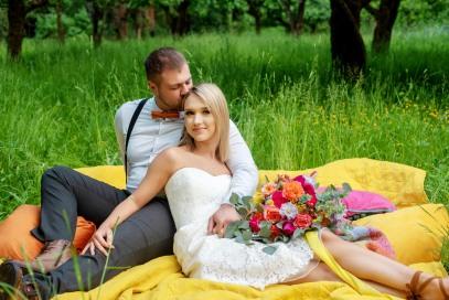 bride and groom, outdoor wedding, bridal bouquet